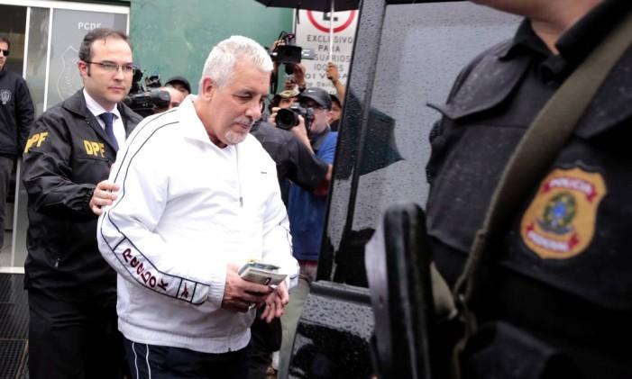 Henrique Pizzolato deixa o prédio do IML após exames com destino à Papuda Foto: Ailton de Freitas / Agência O Globo