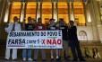 """Referendo. Na Cinelândia, no Centro do Rio, ativistas comemoram a vitória do """"Não"""" no plebiscito, mantendo o comércio de armas no país"""