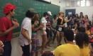 """Alunos dançam """"passinho"""" na sala de aula"""