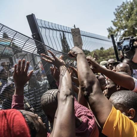 Estudantes tentam derrubar grades das dependências presidenciais contra aumento de taxas universitárias Foto: Gianluigi Guercia / AFP