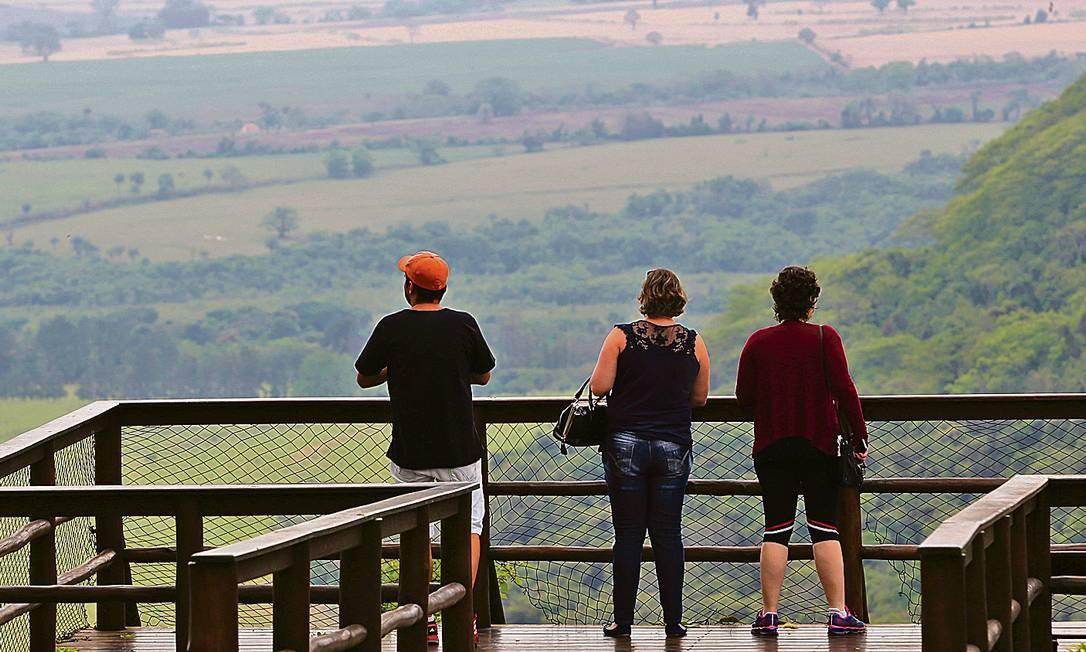 Visitantes apreciam a vista rural de Brotas, de um mirante no sítio turístico Recanto da Cachoeira. Foto: Marcos Alves / Agência O Globo