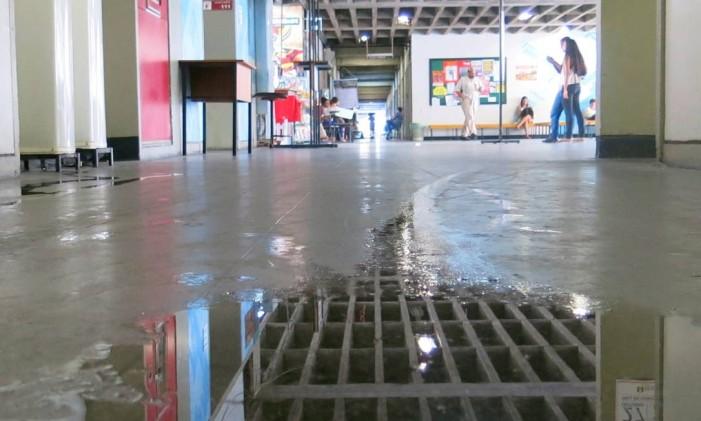 Vazamento de água em corredor da Uerj Foto: Marcelo Carnaval / Agência O Globo