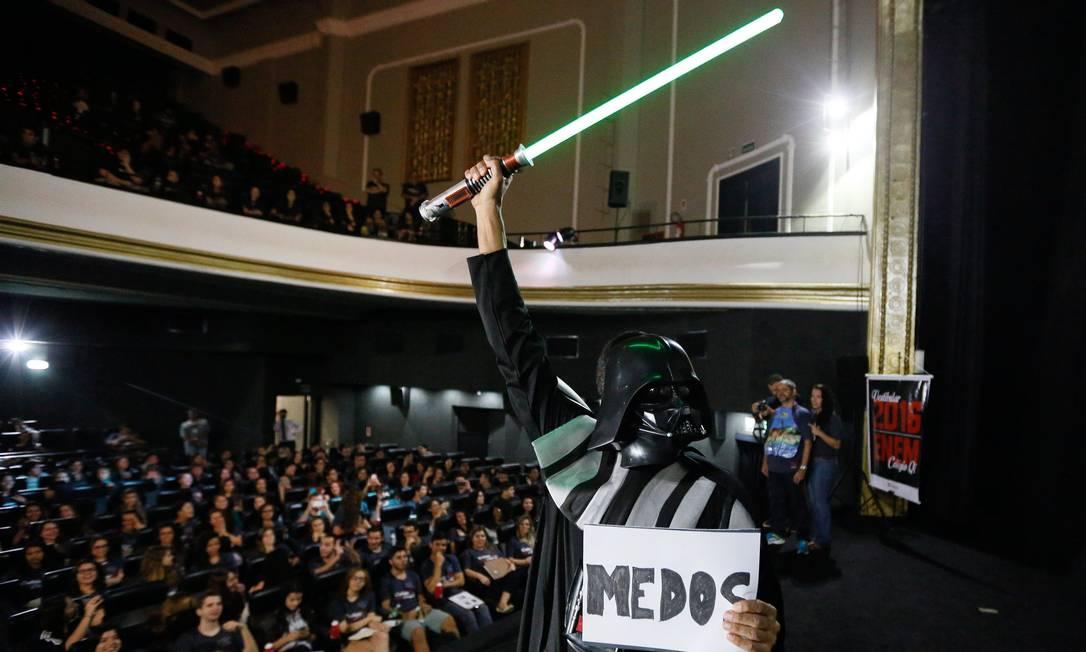 """O vilão de """"Guerra nas Estrelas"""" sobe ao palco do Cine Odeon para representar os medos dos candidatos... Pablo Jacob / Agência O Globo"""