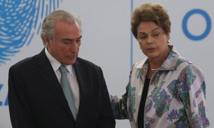 A presidente Dilma Rousseff ao lado do vice Michel Temer na Cerimônia de Lançamento do Pacto Nacional de Enfrentamento às Violações de Direitos Humanos na Internet Foto: Arquivo 07/04/2015 / André Coelho / Agência O Globo