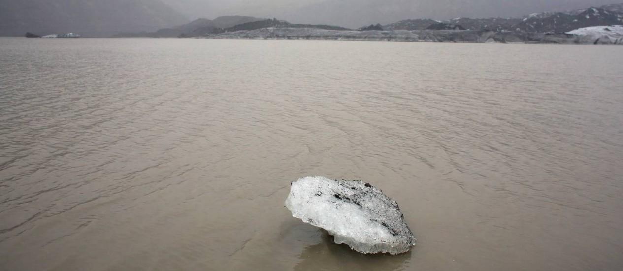 Pedaço de gelo flutua em lago junta à geleira de Solheimajokull, na Islândia, que já recuou mais de um quilômetro desde 1931 devido ao aquecimento global: falta de acordo mundial sobre as mudanças climáticas pode ameaçar a própria sobrevivência da Humanidade Foto: AP/Thibault Camus