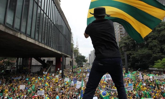 Milhares de pessoas participam de manifestação contra o governo da presidente Dilma Rousseff na Aenida Paulista, em São Paulo. Foto: Arquivo 15/03/2015 / Michel Filho / Agência O Globo