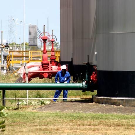 Funcionário checa equipamento em complexo industrial da PDVSA em Anzoategui Foto: Juan Carlos Hernandez / BLOOMBERG NEWS