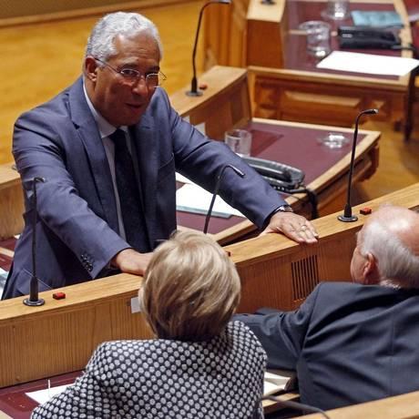 António Costa conversa com seus deputados na sessão inaugural do Parlamento, ontem: socialista tenta formar Executivo Foto: José Manuel Ribeiro / AFP