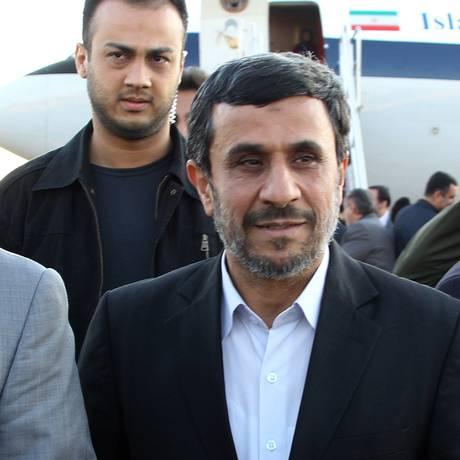 Abdollah Bagheri aparece na foto atrás de Ahmadinejad enquanto eles chegam no aeroporto de Teerã Foto: ATTA KENARE / AFP