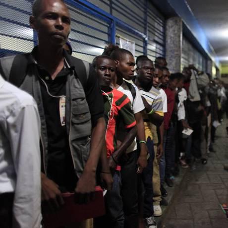 Haitianos aguardam em vila para votar no bairro de Petion-Ville, em Porto Príncipe Foto: Ricardo Arduengo / AP