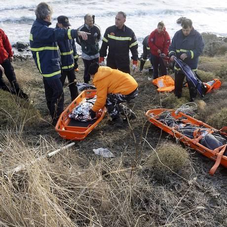 Corpos de mulher e duas crianças são resgatados após acidente com barco na ilha grega de Lesbos Foto: STRINGER / REUTERS