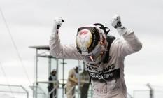 Lewis Hamilton,festeja em cima do carro o tricampeonato conquistado com a vitória no GP dos EUA: festa da Mercedes em Austin Foto: John Locher / AP