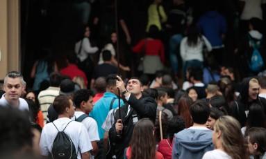 Estudantes chegam para fazer prova do Enem, que é critério para o Sisu Foto: Agência O Globo