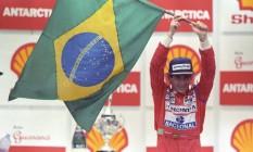 Ayrton Senna com a bandeira do Brasil no pódio: orgulho nacional Foto: Fernando Pereira / Agência O Globo