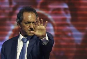 Daniel Scioli cumprimenta apoiadores na Argentina Foto: Natacha Pisarenko / AP