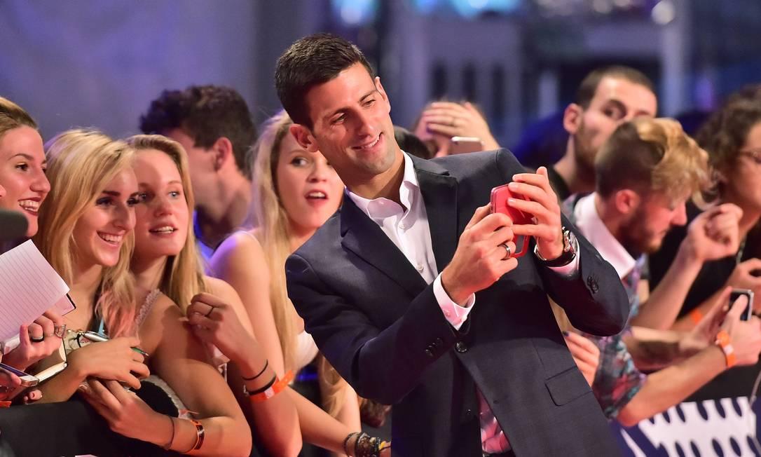 Justin Bieber estava lá. Pharrell Williams também. Mas quem roubou a cena no tapete vermelho do MTV Europe Music Awards, mais conhecido como EMA, neste domingo, em Milão, foi o tenista Novak Djokovic, que deu show de simpatia e carisma GIUSEPPE CACACE / AFP