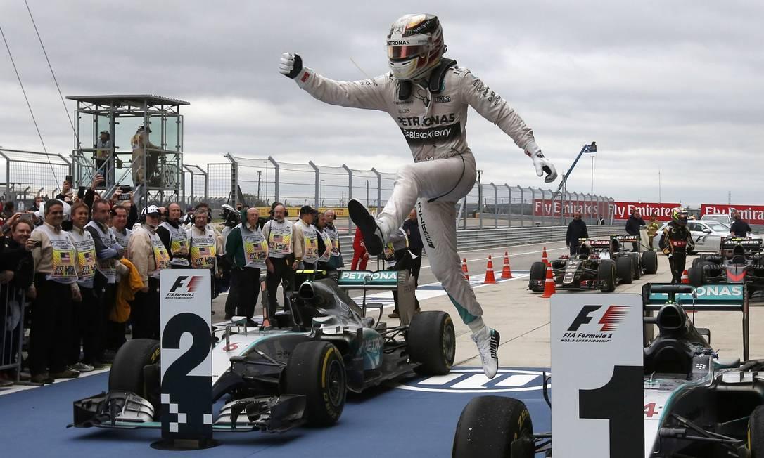 Lewis Hamilton saltitante com a conquista do tricampeonato em Austin, no GP dos EUA ADREES LATIF / REUTERS