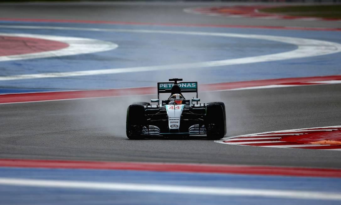 Antes de começar o GP dos EUA, que lhe daria o tricampeonato da F-1, Hamilton faz o reconhecimento da pista CLIVE MASON / AFP
