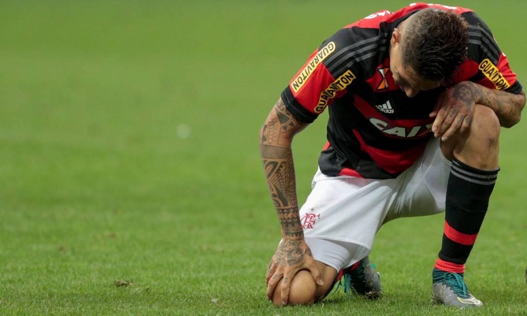Guerrero abaixado, a imagem da derrota do Flamengo para o Corinthians Pedro Kirilos / Agência O Globo