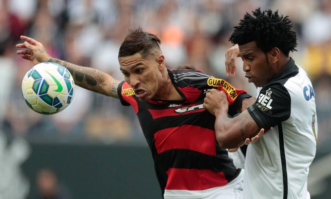 Agora Guerrero disputa o lance com Gil. São seis jogos sem fazer gol pelo Flamengo Pedro Kirilos / Agência O Globo