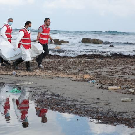 No fim de semana, equipes da Red Crescent recolhem 45 corpos de imigrantes na costa da Líbia Foto: Mohamed Ben Khalifa / AP