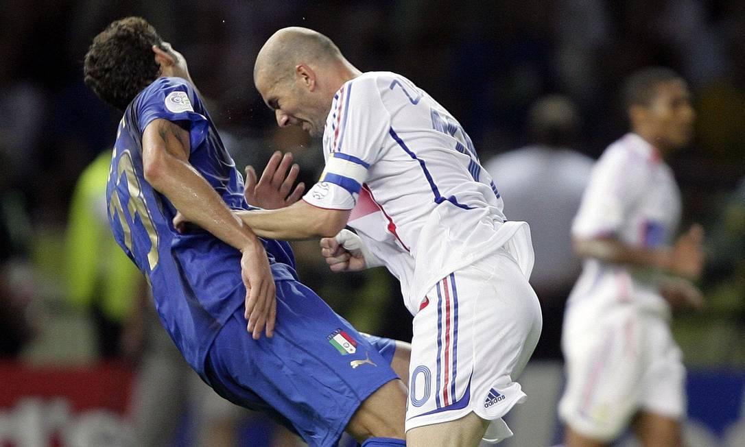 Zidane acerta uma cabeçada no italiano Materazzi na final da Copa do Mundo de 2006 entre França e Itália. Incidente marcou o fim da carreira do craque francês Peter Schols / Reuters