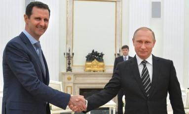 Os presidentes da Rússia, Vladimir Putin, e da Síria, Bashar al-Assad, se cumprimentam no Kremlin, em Moscou Foto: Alexei Druzhinin / AP