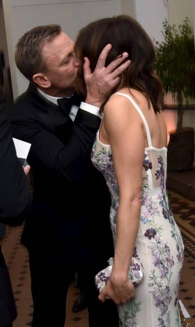 """James Bond, o agente 007, teria encontardo uma nova bond girl? Brincadeiras à parte, a demonstração de carinho entre o casal Daniel Craig e Rachel Weisz foi o talk of the town na pré-estreia de """"007 Spectre"""", em Londres, nesta segunda-feira. Eles trocaram beijos apaixondos e muitos abraços diante das câmeras POOL / REUTERS"""