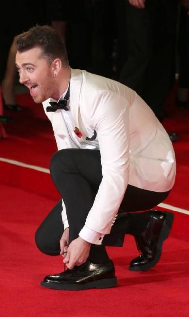 O cantor Sam Smith teve um probleminha com o seu sapato, mas não perdeu a esportiva no tapete vermelho Joel Ryan / Joel Ryan/Invision/AP