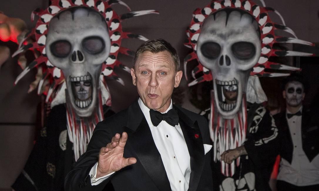 Daniel Craig faz graça na festa de lançamento do filme Vianney Le Caer / AP