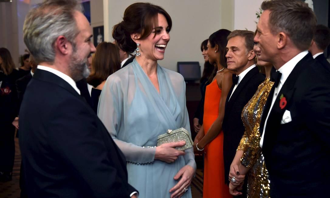 Kate Middleton em papo animado com Daniel Craig POOL / REUTERS