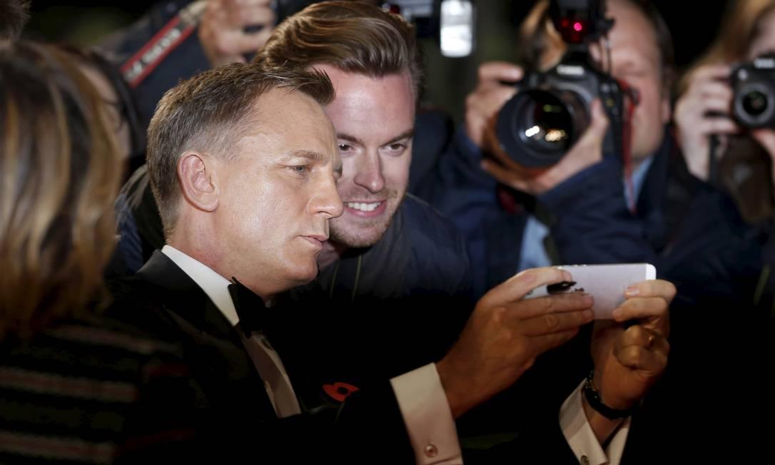 Daniel Craig: selfie com fãs LUKE MACGREGOR / REUTERS