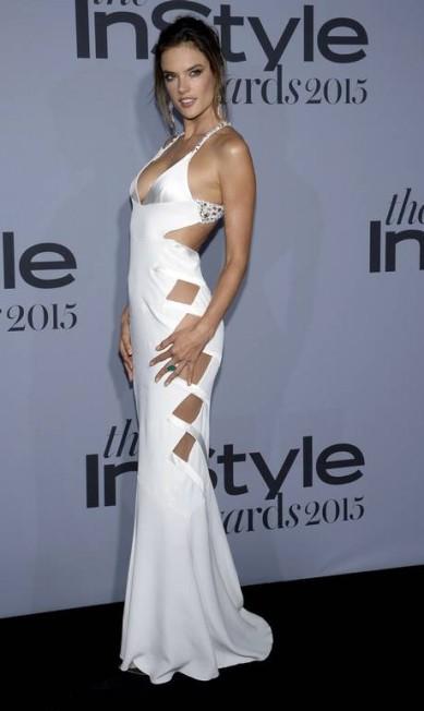 O vestido recortado de Alessandra Ambrósio na premiação deixava pouco para a imaginação KEVORK DJANSEZIAN / REUTERS
