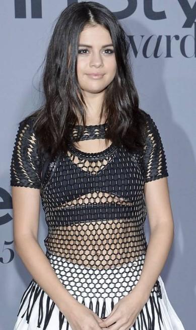 Zoom no look de Selena Gomez KEVORK DJANSEZIAN / REUTERS