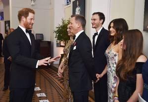 Prince Harry conversa com o elenco do filme Foto: REUTERS