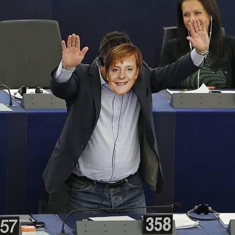 Gianluca Buonanno com máscara da chanceler Angela Merkel, durante discurso de Jean-Claude Juncker Foto: Reuters