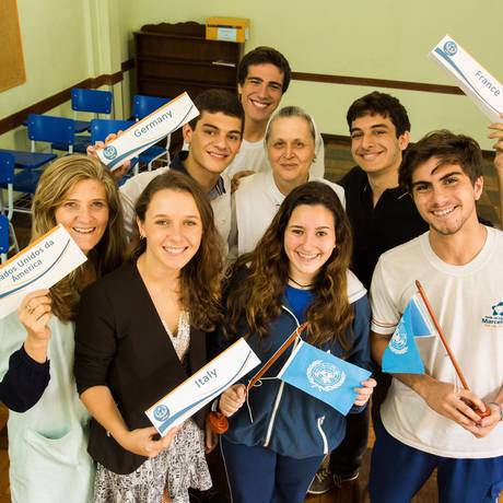 Politizados. Irmã Carmen e alunos que participaram de simulações diplomáticas Foto: Barbara Lopes / Bárbara Lopes
