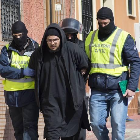 Policiais da Guarda Civil espanhola detêm um suspeito de recrutar pessoas pela internet Foto: STRINGER/SPAIN / REUTERS
