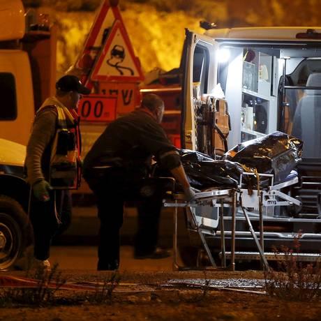 Serviço de emergência israelense leva corpo de agressor abatido Foto: AMMAR AWAD / REUTERS