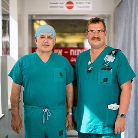 O muçulmano Ahmed Eid (de touca), chefe da cirurgia, e o judeu Elchanan Fried, chefe da UTI Foto: David Vaaknin / Washington Post