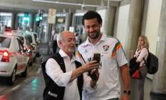 Fred posa com um torcedor na chegada a São Paulo Foto: Divulgação