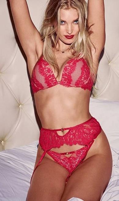 Sem fazer muito alarde, a modelo sueca Elsa Hosk, conhecida como o anjo que veio do frio, virou uma das protagonista da Victoria's Secret. Não à toa, domina as fotos especiais de fim de ano da grife de lingerie. Nas imagens, ela exibe a barriga e muito mais. O vermelho dá o tom Divulgação