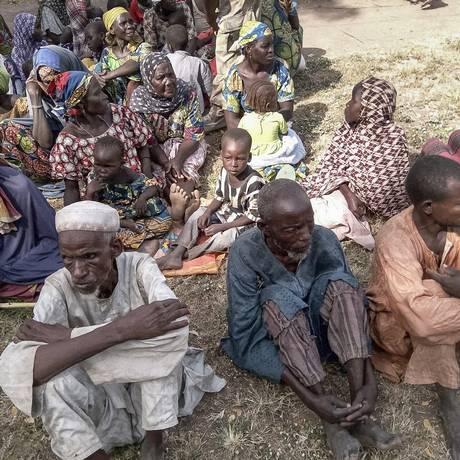 Foto divulgada pelo Exército nigeriano mostra alguns dos 338 reféns libertados das mãos do Boko Haram Foto: - / AFP
