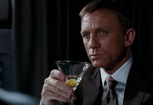 James Bond (Daniel Craig) bebe um martini em '007 - Quantum of Solace' Foto: Reprodução
