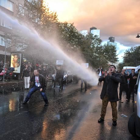 Polícia usa canhão de água contra manifestantes em ação contra grupo de mídia de rival de Erdogan Foto: Usame Ari / AP