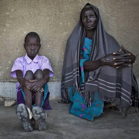 Sudaneses são obrigados a deixar suas casas por causa de conflito que já dura quase dois anos no país Foto: Ben Curtis / AP