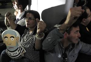 O grupo de manifestantes algemados a uma pilastra no Salão Verde da Câmara Foto: Givaldo Barbosa / Agência O Globo