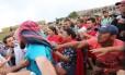 Grupo de sem-teto e manifestantes contra Dilma se enfrentam na frente do Congresso