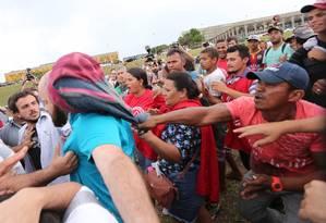 Grupo de sem-teto e manifestantes contra Dilma se enfrentam na frente do Congresso Foto: André Coelho/ Agência O Globo