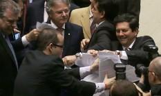 Deputados de oposição rasgam o projeto de repatriação de recursos no plenário da Câmara Foto: Jorge William/ Agência O Globo
